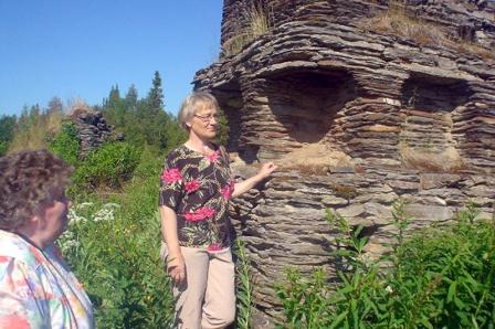 Marja Malm (os. Mikkola) oik. ja Kaija Kesälahti (os. Jussila) ihailevat Uutelan komeaa uunia, taustalla näkyy kamarin uunin rauniot.